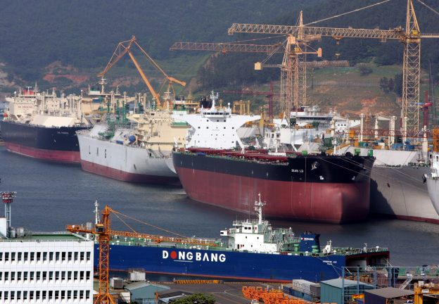 圖片來源:《達志影像》 圖片取自路透社 Okpo shipyard of South Korea's Daewoo Shipbuilding & Marine Engineering (DSME) is seen in Koeje island.  Okpo shipyard of South Korea's Daewoo Shipbuilding & Marine Engineering (DSME) is seen in Koeje island of South Kyongsang province, about 470 km (292 miles) southeast of Seoul, May 17, 2005. The DSME is the world's second largest shipyard. REUTERS/Lee Jae-Won - RTRBF8T
