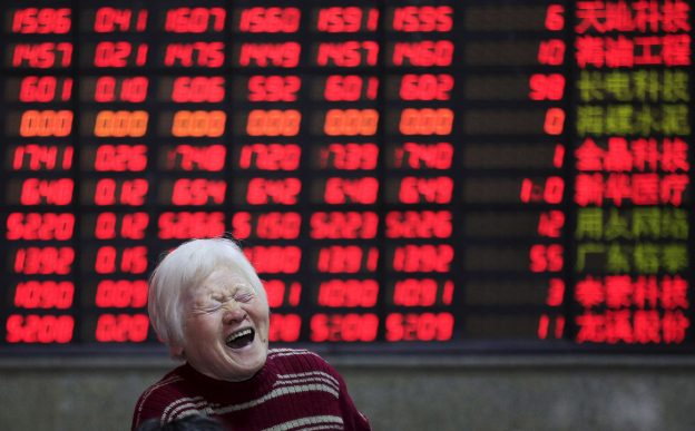 圖片來源:《達志影像》 圖片取自路透社 An investor reacts in front of an electronic board showing stock information at a brokerage house in Shanghai, China, March 7, 2016. REUTERS/Aly Song/File Photo - RTX2QMRI