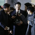 圖片來源:《達志影像》 圖片取自美聯社 Lee Jae-yong, center, vice chairman of Samsung Electronics, arrives to be questioned as a suspect in bribery case in the massive influence-peddling scandal that led to the president's impeachment at the office of the independent counsel in Seoul, South Korea, Thursday, Jan. 12, 2017. (AP Photo/Ahn Young-joon, Pool)