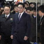 圖片來源:《達志影像》 圖片取自美聯社 Lee Jae-yong, center, a vice chairman of Samsung Electronics Co. leaves after attending the hearing at the Seoul Central District Court in Seoul, South Korea, Wednesday, Jan. 18, 2017. A South Korean court is deliberating on the arrest of a Samsung Electronics vice chairman who faces allegations of bribery and other charges in what could be a stunning fall for the one of the wealthiest South Korean business leaders. (AP Photo/Lee Jin-man)