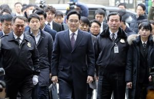 圖片來源:《達志影像》 圖片取自美聯社 Lee Jae-yong, center, a vice chairman of Samsung Electronics Co. arrives for the hearing at the Seoul Central District Court in Seoul, South Korea, Wednesday, Jan. 18, 2017. A South Korean court has begun reviewing the arrest of a Samsung Electronics vice chairman who faces allegations of bribery, embezzlement and perjury. (AP Photo/Lee Jin-man)