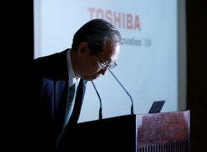 Toshiba Corp CEO Satoshi Tsunakawa bows as the start of a news conference at the company's headquarters in Tokyo, Japan February 14, 2017. REUTERS/Toru Hanai - RTSYKGS