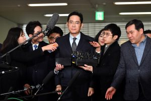 圖片來源:達志影像 圖片取自路透社 Lee Jae-yong (C), vice chairman of Samsung Electronics, arrives to be questioned as a suspect in a corruption scandal that led to the impeachment of President Park Geun-Hye, at the office of the independent counsel in Seoul on February 13, 2017.  REUTERS/Jung Yeon-Je/Pool - RTSYCLK