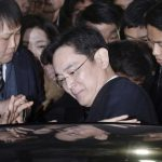 圖片來源:達志影像 圖片取自美聯社 Lee Jae-yong, vice chairman of Samsung Electronics Co., gets into a car to leave after attending a hearing at the Seoul Central District Court in Seoul, South Korea, Thursday, Feb. 16, 2017. The billionaire heir to Samsung, South Korea's most successful and best known conglomerate, made his second attempt Thursday to block efforts by prosecutors to arrest him on bribery and other charges in connection with a corruption scandal that has engulfed the country's president. (Choi Jae-koo/Yonhap via AP)