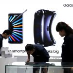Sales promotion staff stand in front of a Galaxy Note 7 advertisement at a Samsung store in Jakarta, Indonesia, October 11, 2016. REUTERS/Beawiharta - RTSRPYP