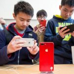 下載自路透 Customers take pictures of a red iPhone in an Apple store in Nanjing, Jiangsu province, China, March 25, 2017. Picture taken March 25, 2017.  REUTERS/Stringer ATTENTION EDITORS - THIS IMAGE WAS PROVIDED BY A THIRD PARTY. EDITORIAL USE ONLY. CHINA OUT. NO COMMERCIAL OR EDITORIAL SALES IN CHINA. - RTX32VGV