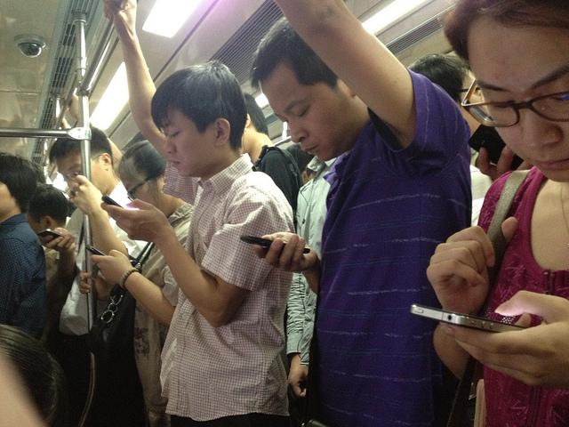 地鐵越擠,你用手機下單敗家的機率就越高