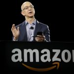 下載自美聯社 Amazon CEO Jeff Bezos demonstrates the new Amazon Fire Phone, Wednesday, June 18, 2014, in Seattle. (AP Photo/Ted S. Warren)