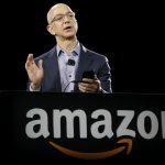下載自美聯社 Amazon CEO Jeff Bezos demonstrates the new Amazon Fire Phone, Wednesday, June 18, 2014, in Seattle. (AP Photo/Ted S. Warren)