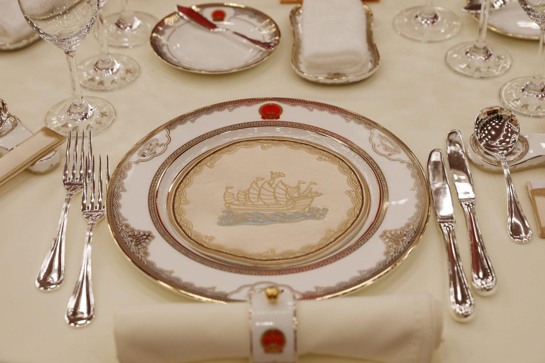 下載自路透 A view shows tablewares placed on the table ahead a welcome banquet for the Belt and Road Forum at the Great Hall of the People in Beijing, China May 14, 2017. REUTERS/Pool - RTX35R2M
