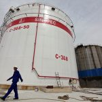 下載自路透 An employee walks past oil tanks at a Sinopec refinery in Wuhan, Hubei province, April 25, 2012. REUTERS/Stringer/File Photo ATTENTION EDITORS - CHINA OUT. - RTSKOF7