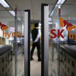 下載自路透 The logos of SK Hynix are seen as a security personnel stands guard at its headquarters in Seongnam, South Korea, April 25, 2016. REUTERS/Kim Hong-Ji - RTX2BMK3
