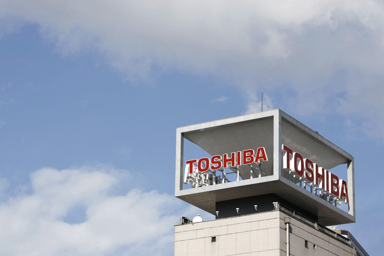 The logo of Toshiba Corp is seen at the company's headquarters in Tokyo January 10, 2009.   REUTERS/Stringer (JAPAN BUSINESS) - RTR27BAT