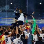 下載自路透 Football Soccer- UEFA Champions League Final - Real Madrid team celebrates at their stadium after winning title- Santiago Bernabeu Stadium, Madrid, Spain - 4/6/17 Real Madrid players toss coach Zinedine Zidane up in the air during a victory ceremony. REUTERS/Susana Vera - RTX390EA