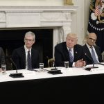 下載自美聯社 (L-R) White House Senior Adviser Jared Kushner, CEO of Apple Tim Cook , U.S. President Donald Trump, Microsoft CEO Stya Nadella and Amazon CEO Jeff Bezos attend a meeting of the American Technology Council in the State Dining Room of the White House June 19, 2017 in Washington, DC. Photo by Olivier Douliery/Abaca(Sipa via AP Images)