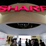 下載自路透 Logos of Sharp Corp are pictured at CEATEC (Combined Exhibition of Advanced Technologies) JAPAN 2016 at the Makuhari Messe in Chiba, Japan, October 3, 2016.   REUTERS/Toru Hanai/File Photo - RTX2PG7Y
