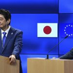 下載自美聯社 Japanese Prime Minister Shinzo Abe (L) and Donald Franciszek Tusk, President of the European Council attend a joint press conference in Brussels, Belguim on March 21, 2017. ( The Yomiuri Shimbun via AP Images )