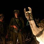 下載自路透 Israeli special forces with their llamas wait to cross the Israel-Lebanon border, late August 1, 2006. REUTERS/Ronen Zvulun (ISRAEL) - RTR1G0BZ