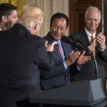下載自美聯社 President Donald Trump turns to House Speaker Paul Ryan of Wis., Terry Gou, president and chief executive officer of Foxconn, and Sen. Ron Johnson, R-Wis., as he speaks in the East Room of the White House in Washington, Wednesday, July 26, 2017. (AP Photo/Carolyn Kaster)