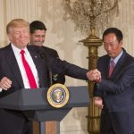 下載自美聯社 United States President Donald J. Trump and Foxconn CEO Terry Gou shake hands during the announcement of the creation of a Foxconn Factory to be built in Wisconsin to build LCD flat screen monitors at the White House in Washington, DC, July 26, 2017. At center is the Speaker of the US House Paul Ryan (Republican of Wisconsin). Credit: Chris Kleponis / CNP - NO'WIRE'SERVICE - Photo by: Chris Kleponis/picture-alliance/dpa/AP Images