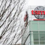 下載自美聯社 A logo sign outside of a facility occupied by the Taiwan Semiconductor Manufacturing Company (TSMC) in San Jose, California, on February 18, 2017. Photo by Kristoffer Tripplaar *** Please Use Credit from Credit Field ***(Sipa via AP Images)