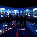 下載自路透社 Visitors watch a 3D presentation during an exhibition on 'Neom', a new business and industrial city, in Riyadh, Saudi Arabia, October 25, 2017. REUTERS/Faisal Al Nasser - RC13AC5662F0