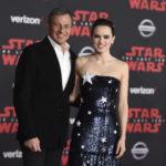 """下載自美聯社 Bob Iger and Daisy Ridley arrive at the LA premiere of """"Star Wars: The Last Jedi"""" at the Shrine Auditorium on Saturday, Dec. 9, 2017, in Los Angeles. (Photo by Jordan Strauss/Invision/AP)"""