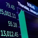 下載自路透 A board shows the Dow Jones Industrial Average as it rises above 25,000 on the floor of the New York Stock Exchange shortly after the opening bell in New York, U.S., January 4, 2018.  REUTERS/Lucas Jackson - RC15F8B70360