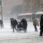 下載自路透 People struggle against wind and snow as they cross 125th street in upper Manhattan during a snowstorm in New York City, New York, U.S., January 4, 2018. REUTERS/Mike Segar - RC16CAD036A0