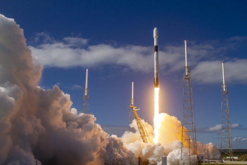 星鏈計畫穩了?60 顆 Starlink 衛星再升空,馬斯克放話 6 個月內公測衛星網路