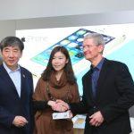 Tim Cook 參加中國移動 iPhone 首發儀式 贈簽名版 iPhone 5s