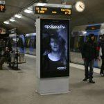互動式地鐵看板廣告,模特兒長髮隨著列車進站飄揚