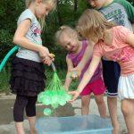 小朋友愛打水仗,美德州老爸只好發明「一叢水球」