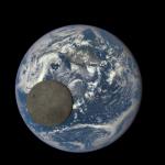 抓到你了!NASA 觀測衛星拍到月球繞地球時露出的「月球背面」