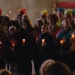 讓世界充滿愛,微軟員工在蘋果店門口高唱《和平之歌》