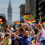 達志影像不得重複使用!!! Apple employees wave rainbow flags while marching in the San Francisco LGBT Pride Parade in San Francisco, California, U.S. June 26, 2016. REUTERS/Elijah Nouvelage  - RTX2ID8W