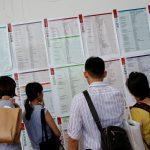 達志影像不得重複使用!!! Job seekers look at job information at an employment fair in Taipei, Taiwan May 28, 2016. REUTERS/Tyrone Siu - RTX2EKSR
