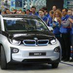 達志影像不得重複使用!!! Workers applaud as the first serial production BMW i3 electric car is driven by Harald Krueger, member of the board of management of BMW during a ceremony at the factory in Leipzig September 18, 2013.  REUTERS/Fabrizio Bensch (GERMANY - Tags: TRANSPORT TPX IMAGES OF THE DAY) - RTX13PQC