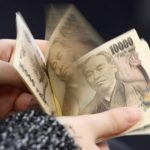 圖片取自路透社 A woman counts Japanese 10,000 yen notes in Tokyo, in this February 28, 2013 picture illustration.   REUTERS/Shohei Miyano/Illustration/File Photo - RTSHOJN