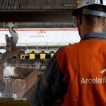 下載自路透 A worker surveys the production process at the ArcelorMittal steel plant in Ghent, Belgium, July 7, 2016. REUTERS/Francois Lenoir - RTSHKK4