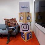 下載自路透 A man reads a newspaper at the reception area of Facebook's new office in Mumbai, India May 27, 2016. REUTERS/Shailesh Andrade - RTX2EGEK