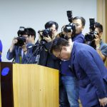 Koh Dong-jin, president of Samsung Electronics' Mobile Communications Business, bows during a news conference in Seoul, South Korea, September 2, 2016.   REUTERS/Kim Hong-Ji - RTX2NV05