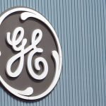 下載自美聯社 FILE - In this Tuesday, June 24, 2014 file photo, the General Electric logo is seen at a plant in Belfort, eastern France.  General Electric Co. on Friday, Oct. 16, 2015 reported a decline in third-quarter profit, but strong performances from its core units helped the company top Wall Street expectations.  (AP Photo/Thibault Camus, File)