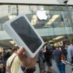 下載自美聯社 The owner of a new iPhone7 holds up his smartphone at the start of iPhone7 sales in Munich, Germany, 16 September 2016. Long lines as in past years did not happen this year. Photo by: Peter Kneffel/picture-alliance/dpa/AP Images