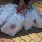 下載自路透 A man places collects bags containing the newly released iPhone 6, outside an Apple store in Hong Kong September 19, 2014. According to the people buying the phones outside the store, they are planning to sell their newly purchased phones in mainland China. REUTERS/Tyrone Siu (CHINA - Tags: BUSINESS SOCIETY SCIENCE TECHNOLOGY TELECOMS) - RTR46U5U