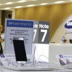 下載自美聯社 FILE - In this Sunday, Sept. 11, 2016 file photo, customers wait for recall of their Samsung Electronics Galaxy Note 7 smartphones as powered-off Galaxy Note 7 smartphones are displayed at the company's service center in Seoul, South Korea. Samsung on Tuesday, Sept. 13, 2016, plans to issue a software update for its recalled Galaxy Note 7 smartphones that will prevent them from overheating by limiting battery recharges to under 60 percent. (AP Photo/Ahn Young-joon, File)