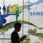 下載自路透 A man using a mobile phone walks past a Samsung Electronics' advertisement in Seoul October 5, 2012. Samsung Electronics reported quarterly profit of 8.1 trillion Korean won ($7.3 billion) on Friday, a fourth straight record quarter and nearly double last year's figure, as strong sales of its Galaxy smartphones more than offset reduced orders for chips and screens from Apple Inc.    REUTERS/Kim Hong-Ji   (SOUTH KOREA - Tags: BUSINESS SCIENCE TECHNOLOGY TELECOMS) - RTR38TI4
