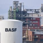下載自美聯社 The logo of BASF is seen on a container tank on the company grounds in Ludwigshafen, Germany, 26 February 2016. The company presented their results for the expired fiscal year. Photo by: Uwe Anspach/picture-alliance/dpa/AP Images