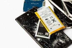 Broken smartphones with damaged display screens and batteries on a variety of smartphones. Studioaufnahmen von kaputten Smartphones. Illustrative Aufnahmen zeigen kaputte Displays und Batterien einer Reihe von verschiedenen Smartphones.