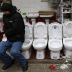 圖片來源:《達志影像》 圖片取自路透社 A vendor sits on a toilet bowl as he waits for customers at a bathroom goods shop at a traditional market in Beijing February 17, 2013. REUTERS/Kim Kyung-Hoon (CHINA - Tags: SOCIETY) - RTR3DWN3